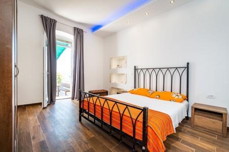 Masenica - renovirani apartman s terasom prvi red do mora, 130 m2