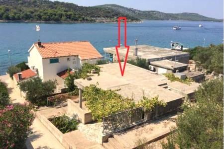 Otok Kaprije - prizemnica s projektom nadogradnje, drugi red do mora