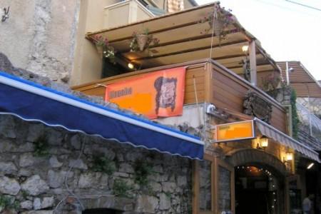 Murter, centar - restoran s terasom i dva apartmana, 180 m2