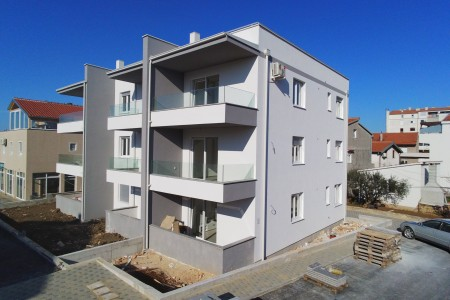 Zadar, Bili Brig - novi, namješten dvosoban stan s vrtom, 68 m2